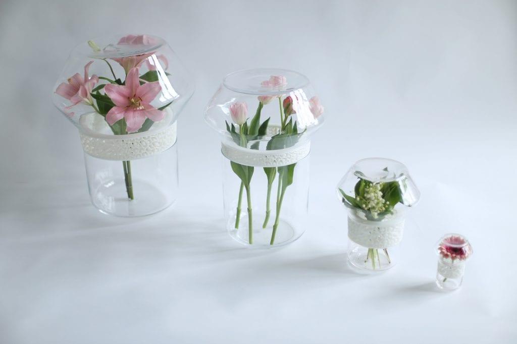 Dopełnienie - dyplom magisterski ASP Wrocław, wazony ze szkła w połączeniu z drukiem 3D z kwiatami.