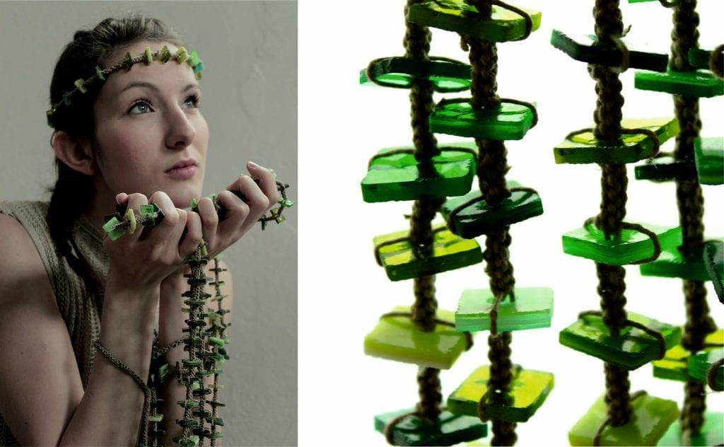 Kobieta w ubiorze z kolekcji Lumen de lumine, detal biżuterii ze szkła i lnianego sznurka.