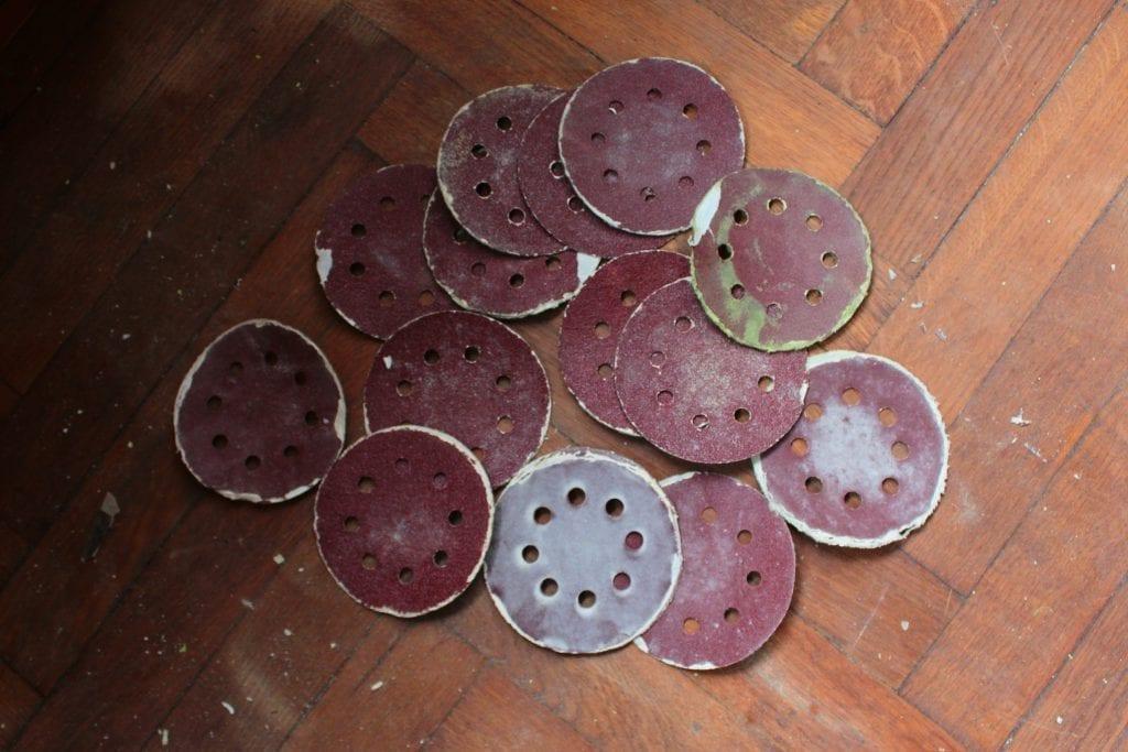 Dzikie Twory - tarcze szlifierskie zużyte podczas renowacji parapetu