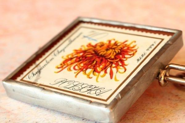 Dzikie Twory broszka ze znaczkiem pocztowym chryzantem