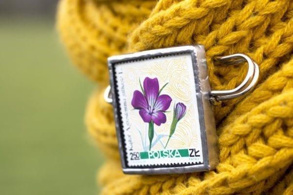 Dzikie Twory - broszka ze znaczkiem pocztowym kwiat kąkol polny