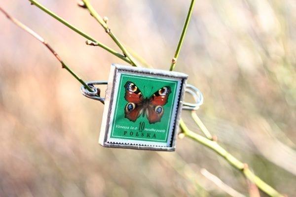 Dzikie Twory - broszka ze znaczkiem pocztowym rusałka pawik