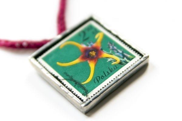 Dzikie Twory - naszyjnik ze znaczkiem pocztowym kwiat caralluma zbliżenie