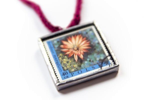 Dzikie Twory - naszyjnik ze znaczkiem pocztowym kwiat coryphanta zbliżenie