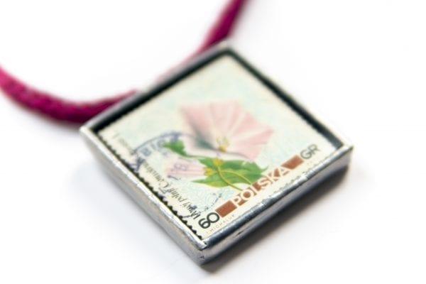 Dzikie Twory - naszyjnik ze znaczkiem pocztowym kwiat powój zbliżenie