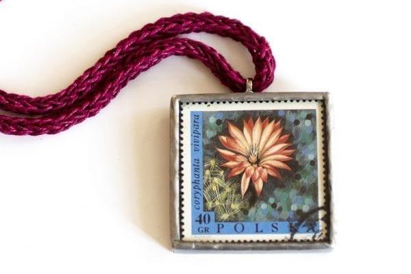 Dzikie Twory - naszyjnik ze znaczkiem pocztowym zbliżenie na detal