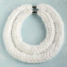 Dzikie Twory - naszyjniki puchatki w kolorze białym.