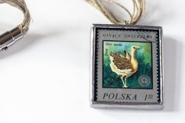 Dzikie Twory - naszyjnik ze znaczkiem pocztowym drop otis tarda detal