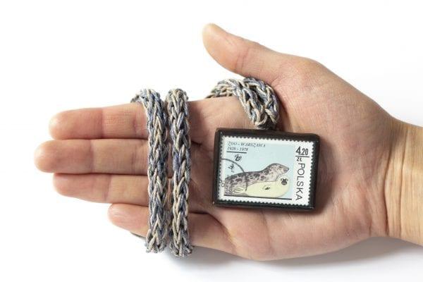Dzikie Twory - naszyjnik ze znaczkiem pocztowym foki zoo wielkość