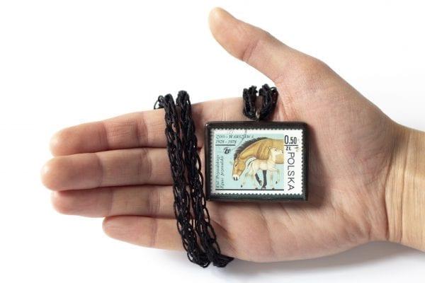 Dzikie Twory - naszyjnik ze znaczkiem pocztowym konie zoo wielkość