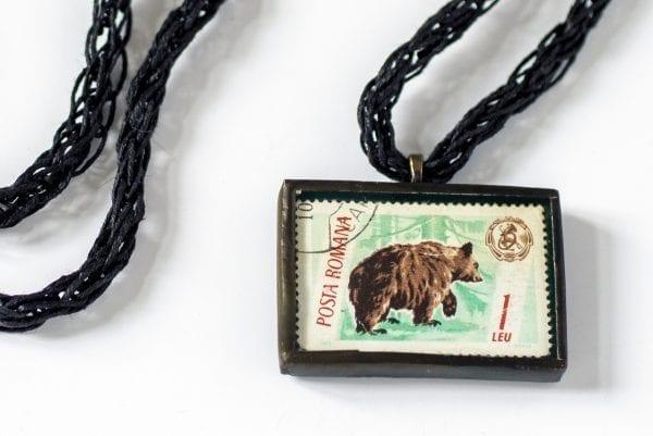 Dzikie Twory - naszyjnik ze znaczkiem pocztowym niedźwiedź posta romana detal