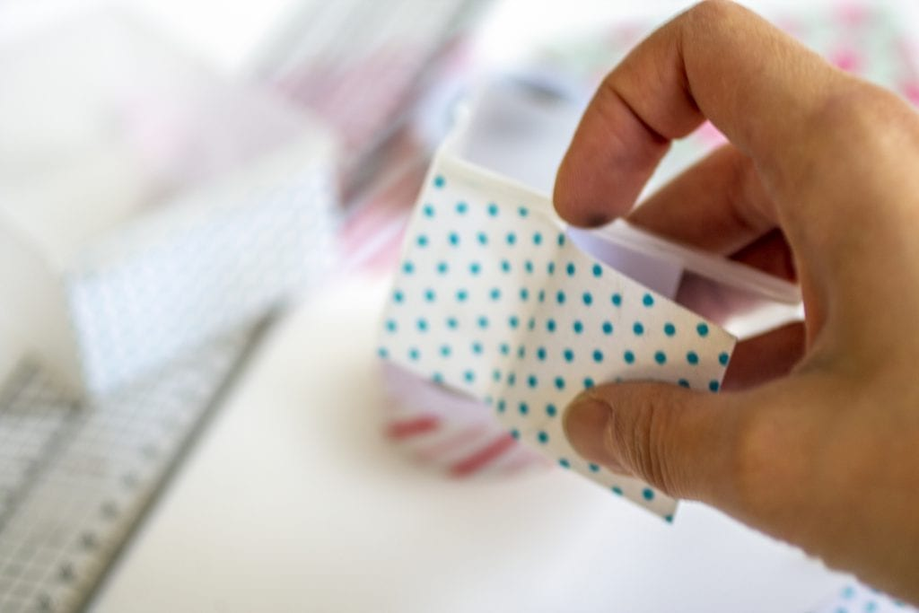 Dzikie Twory - naklejanie tkaniny na szufladkę