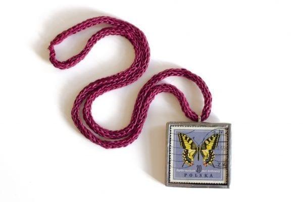 Dzikie Twory - naszyjnik ze znaczkiem pocztowym z 1967 roku motyl paź królowej