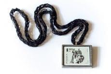 Dzikie Twory naszyjnik ze znaczkiem pocztowym z 1969 roku - pies sznaucer