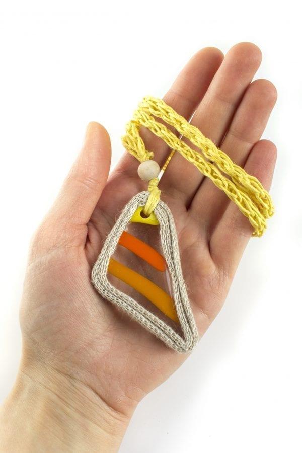 Dzikie Twory - szklany naszyjnik na lnianym łańcuszku - pomarańczowe paski