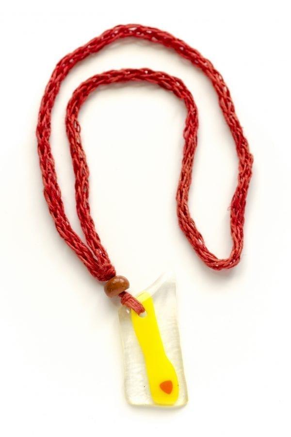 Dzikie Twory - szklany wisiorek na czerwonym lnianym łańcuszku - nieregularny
