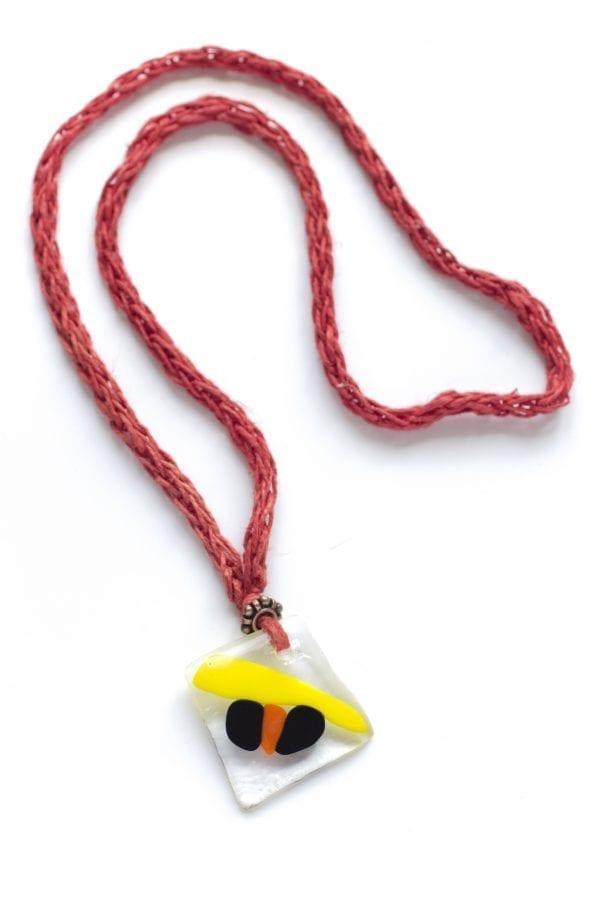 Dzikie Twory - szklany wisiorek na czerwonym lnianym łańcuszku - żółta kreska