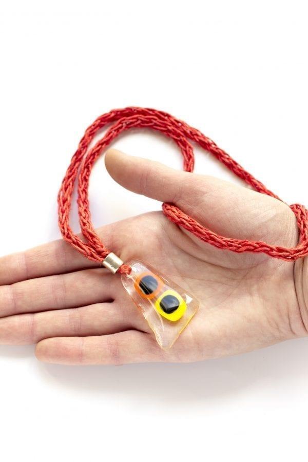 Dzikie Twory - szklany wisiorek na lnianym czerwonym łańcuszku - pomarańczowo-żółte oczka