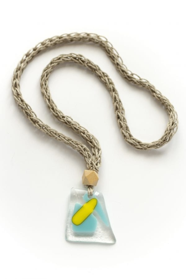 Dzikie Twory - szklany wisiorek na lnianym łańcuszku - piaskowa wyspa