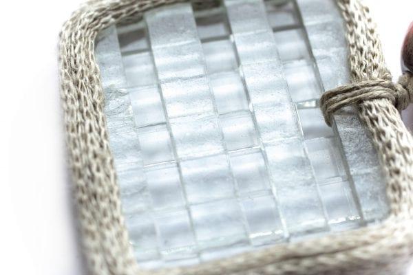 Dzikie Twory - szklany wisiorek na lnianym łańcuszku - przezroczysta kratka