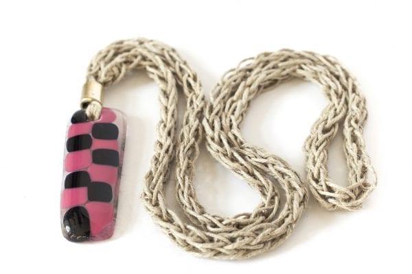 Dzikie Twory - szklany wisiorek na lnianym łańcuszku - różowo-czarna kratka