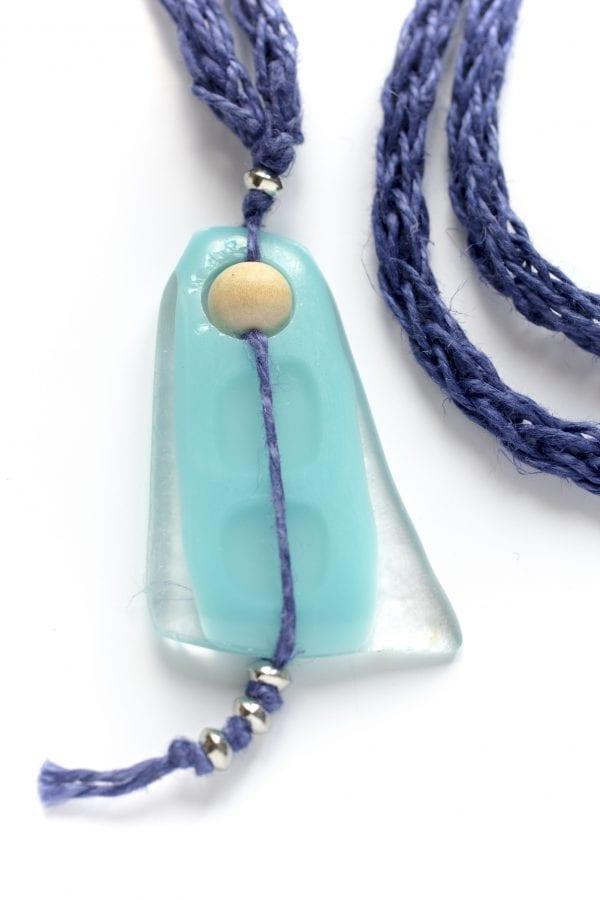 Dzikie Twory - szklany wisiorek na niebieskiem lnianym łańcuszku - frędzelek