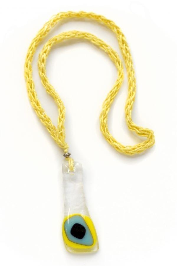 Dzikie Twory - szklany wisiorek na żółtym lnianym łańcuszku - pawie oczko