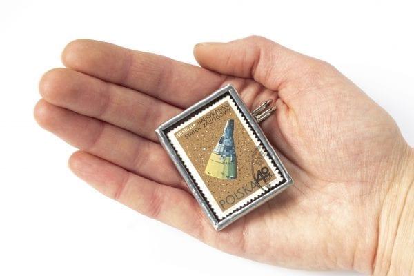 Dzikie Twory - broszka ze znaczkiem pocztowym z 1966 roku - gemini - wielkość broszki