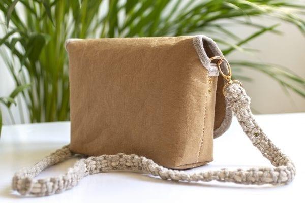 Dzikie Twory - mała torebka z lnu i jasnobrązowej Washpapy - paw wśród gałęzi - tył torebki