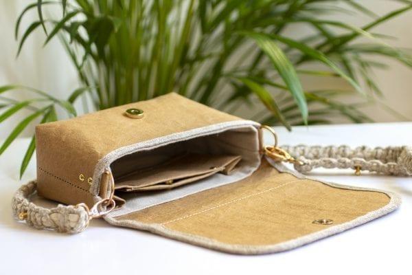 Dzikie Twory - mała torebka z lnu i jasnobrązowej Washpapy - paw wśród gałęzi - wnętrze torebki
