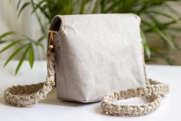 Dzikie Twory - mała torebka z lnu i jasnoszarej Washpapy - paw wśród gałęzi - tył torebki