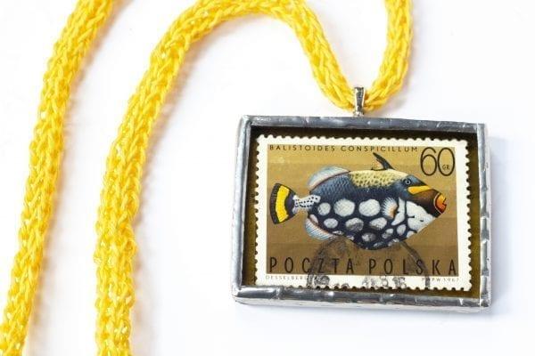 Dzikie Twory - naszyjnik ze znaczkiem pocztowym z 1967 roku - ryba rogatnica jasnoplama