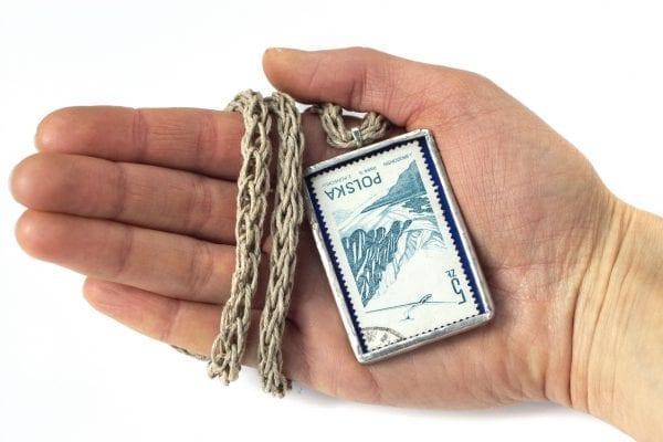 Dzikie Twory - naszyjnik ze znaczkiem pocztowym z 1976 roku - samolot nad górami - wielkość wisiorka