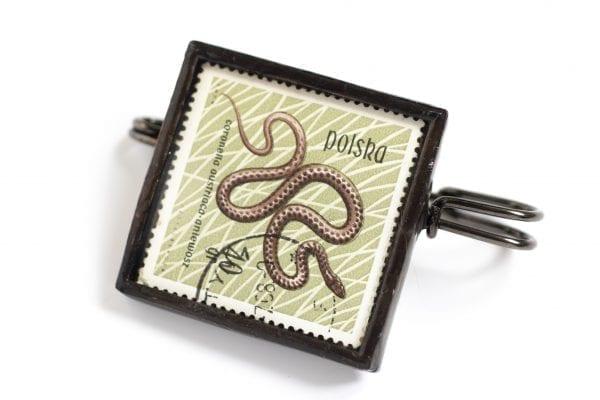 Dzikie Twory - broszka ze znaczkiem pocztowym z 1963 roku - wąż gniewosz plamisty