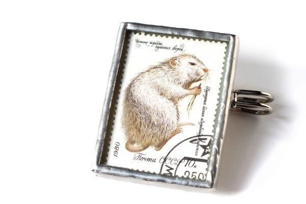 Dzikie Twory broszka ze znaczkiem pocztowym z ZSRR z 1980 roku - nutria