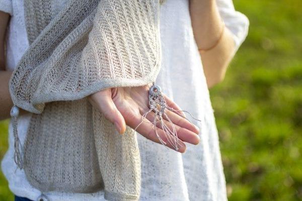 Dzikie Twory - lniany szal z malymi makramkami na końcach, wzór I na jasnoszarym koraliku