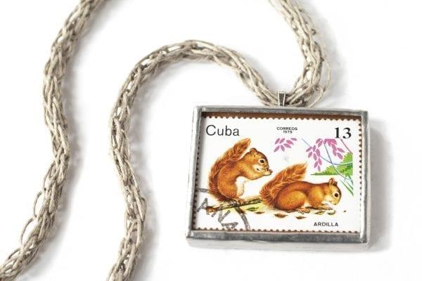Dzikie Twory naszyjnik ze znaczkiem pocztowym z Kuby z 1979 roku - wiewiórki