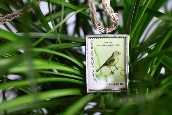 Dzikie Twory naszyjnik ze znaczkiem pocztowym z Kuby z przełomu roku 1970 na 1971 - ptaszek juan chivi