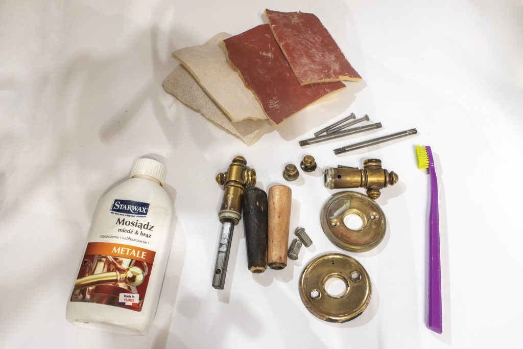 Dzikie Twory - elementy klamki oraz narzędzia użyte podczas czyszczenia