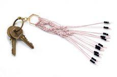 Dzikie Twory - makramowa zawieszka do kluczy lub torebki, w kolorze brudnego różu