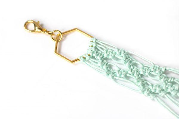 Dzikie Twory - makramowa zawieszka do kluczy lub torebki, w kolorze miętowym, zbliżenie na splot