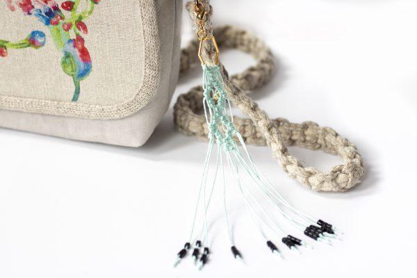 Dzikie Twory - makramowa zawieszka do kluczy lub torebki, w kolorze miętowym