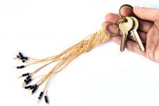 Dzikie Twory - makramowa zawieszka do kluczy lub torebki, w kolorze zgaszonej pomarańczy