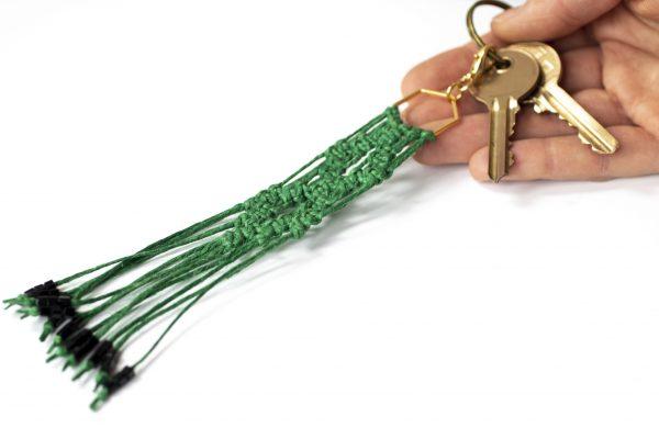 Dzikie Twory - makramowa zawieszka do kluczy lub torebki, w kolorze zielonym