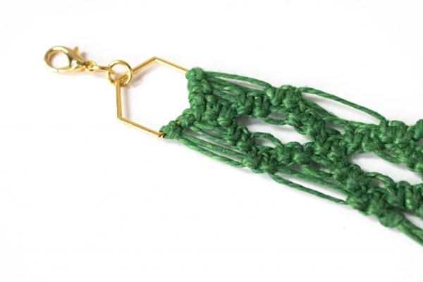 Dzikie Twory - makramowa zawieszka do kluczy lub torebki, w kolorze zielonym, zbliżenie na splot