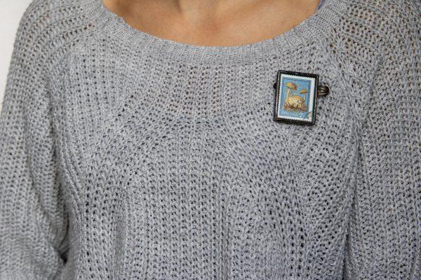 Dzikie Twory - broszka ze znaczkiem pocztowych z 1980 roku - grzyb podgrzybek pasożytniczy, broszka przypięta do swetra