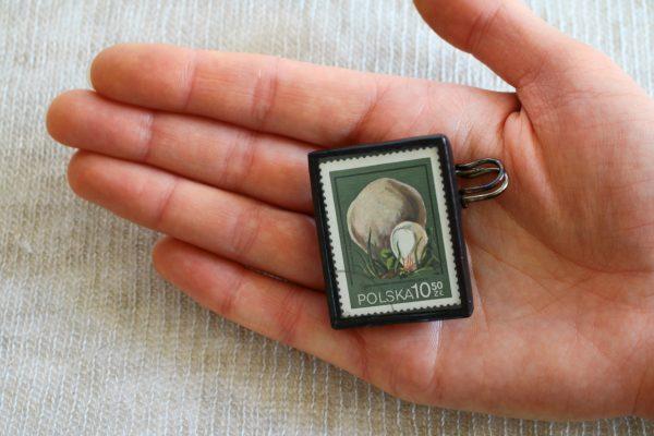 Dzikie Twory - broszka ze znaczkiem pocztowych z 1980 roku - grzyb purchawica olbrzymia, wielkość broszki