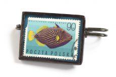 Dzikie Twory - broszka ze znaczkiem pocztowym z 1967 roku, ryba rogatnica kolczasta
