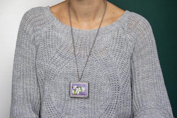 Dzikie Twory - naszyjnik ze znaczkiem pocztowych z 1971 roku - grusza, wisiorek na szyi