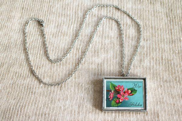 Dzikie Twory - naszyjnik ze znaczkiem pocztowych z 1971 roku - kwiat jabłoni